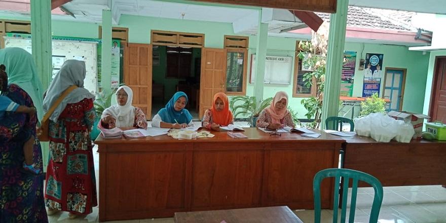 Imunisasi anak oleh puskesmas Temandang di desa Tuwiri kulon kecamatan Merakurak