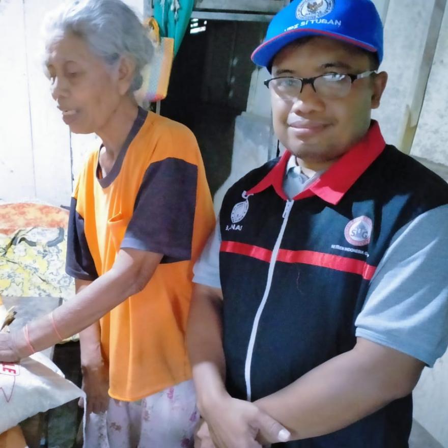 UPZ PT Semen Indonesia Kembali Berikan Santunan Kepada Lansia Dhuafa Desa Tuwirikulon